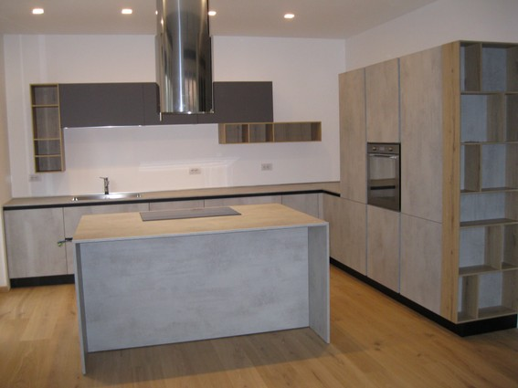 cucina isola in laminato cemento