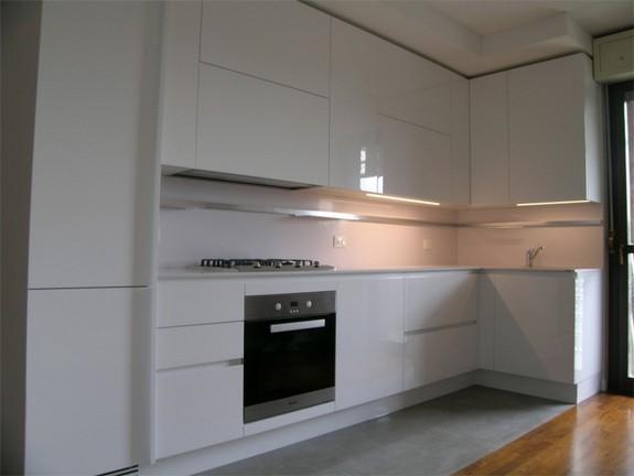 cucina emetrica ernestomeda a Monza laccato total white lucido ...