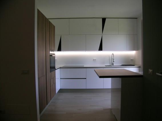 cucina bianco lucido piano in quarzo